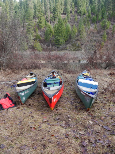 The canoes all packed up and ready to go. Photo by Thibault Stalder